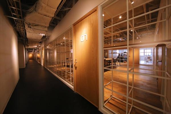この長い廊下の先に、様々な設備が用意されています