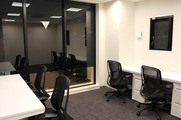 大きな窓が特長の複数人用オフィス